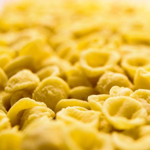 orecchiette pasta di semola di grano fatta a mano uno per uno in modo tradizionale nella regione italiana di bari
